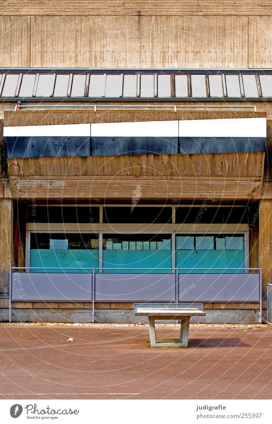 Für dich solls bunte Bilder regnen Haus Spielplatz Bauwerk Gebäude Architektur Fassade Fenster Tischtennisplatte Schulhof ruhig Beton Farbfoto Außenaufnahme