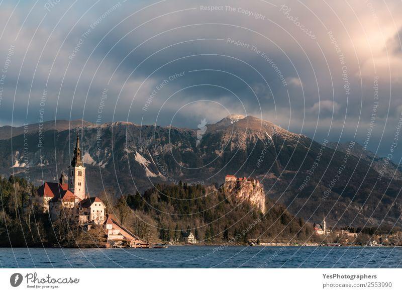 Slowenische Stadt mit See und Bergen Ferien & Urlaub & Reisen Insel Natur Landschaft Gipfel geblutet Slowenien Kirche Burg oder Schloss Gebäude Sehenswürdigkeit
