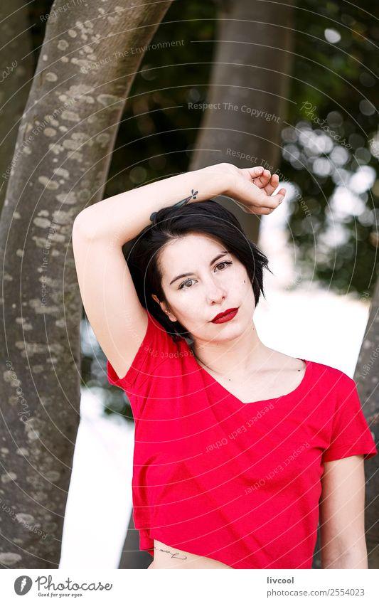 schönes Mädchen im Park Lifestyle Stil Sommer Garten Mensch feminin Frau Erwachsene Körper 1 18-30 Jahre Jugendliche Mode Unterwäsche Tattoo authentisch