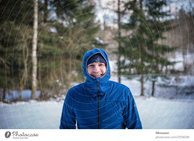 Spaß im Schnee Mensch maskulin Mann Erwachsene Gesicht 1 30-45 Jahre Natur Winter Schönes Wetter Baum Wald Lächeln wandern Fröhlichkeit dünn blau Gefühle Freude