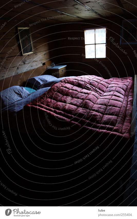 Zimmer frei Häusliches Leben Wohnung Innenarchitektur Bett Raum Schlafzimmer Fenster Armut Einsamkeit schlafen Berghütte Hotelzimmer müde Kammer Bettdecke ruhig