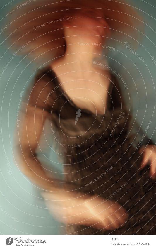 verschwommene Identität blau Jugendliche Gesicht feminin braun Tanzen Haut Kleid drehen bleich Junge Frau Bekleidung beunruhigt rotbraun