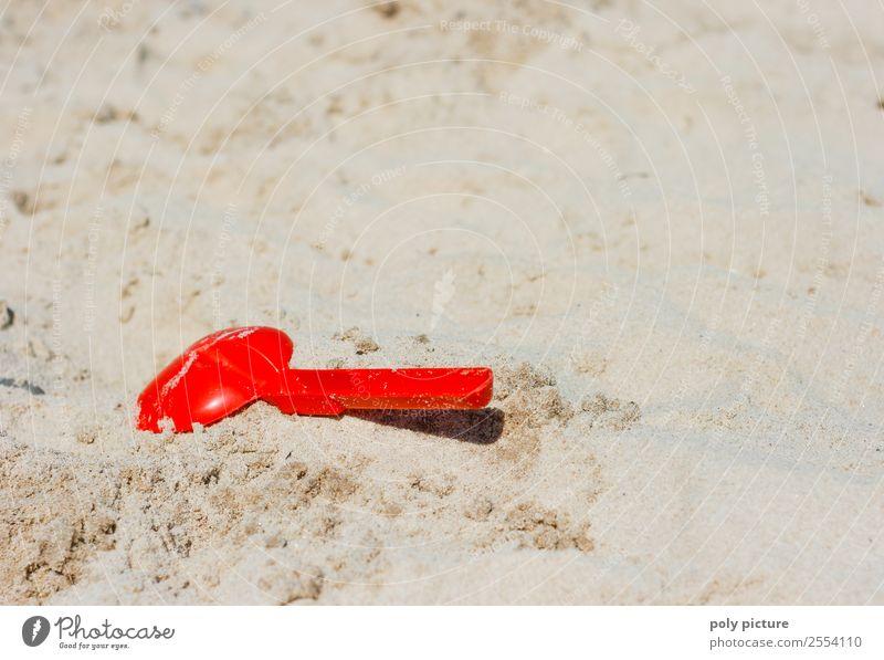Rote Schippe im Strandsand Kind Ferien & Urlaub & Reisen Jugendliche Sommer Sonne Meer Erholung Freude Ferne Leben Herbst Familie & Verwandtschaft Tourismus
