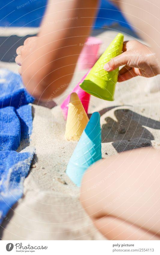 Kind mach Eis am Strand mit Förmchen Ferien & Urlaub & Reisen Jugendliche Sommer Sonne Hand Meer Freude Mädchen Leben Familie & Verwandtschaft Junge Tourismus