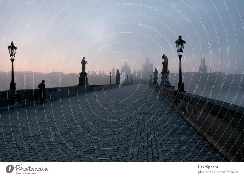 Nebelmorgen Mensch alt blau schön schwarz Einsamkeit dunkel kalt grau ästhetisch Brücke Turm bedrohlich Laterne Denkmal