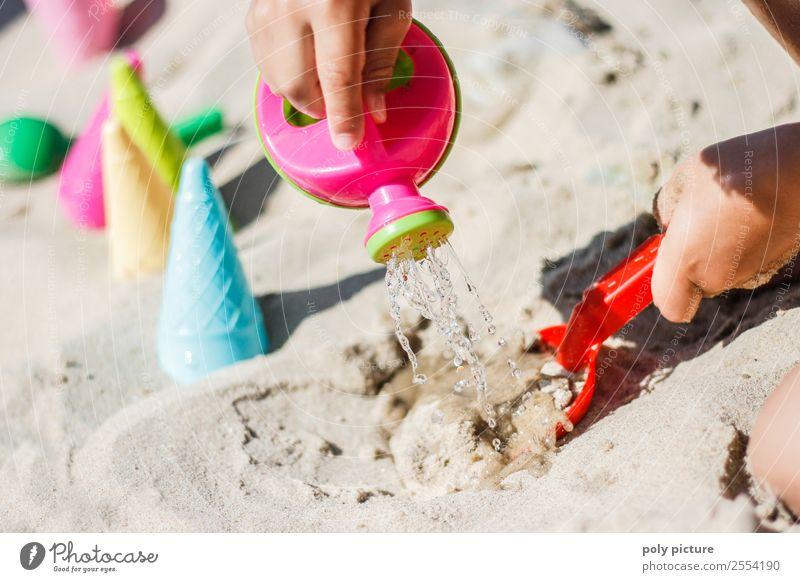 Kind spielt mit Gießkanne am Strand Freizeit & Hobby Spielen Ferien & Urlaub & Reisen Tourismus Ausflug Sommer Sommerurlaub Sonne Sonnenbad Kleinkind Mädchen