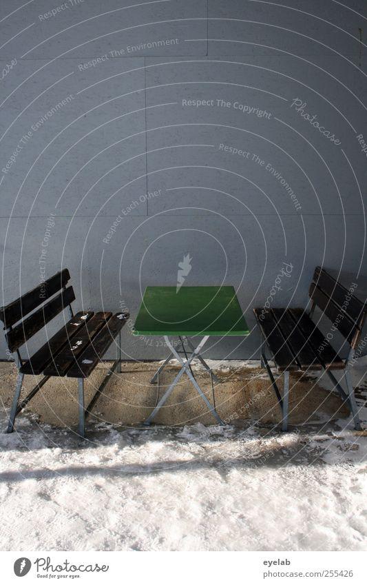 Alles auf die Plätzchen Winter Klima Wetter Eis Frost Schnee Alpen Bauwerk Gebäude Mauer Wand Fassade Balkon Terrasse grau grün Klapptisch Tisch Möbel