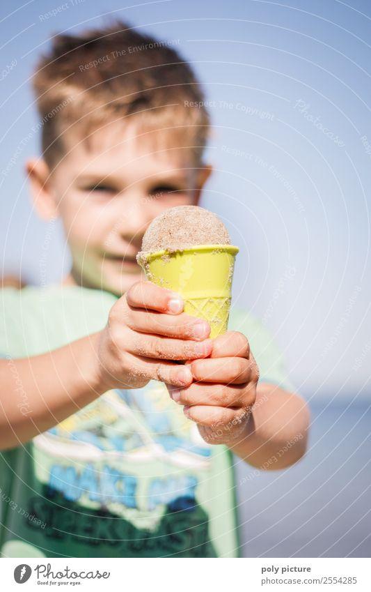Kleiner Junge hat ein Eis aus Sand gemacht Kind Ferien & Urlaub & Reisen Jugendliche Sommer Hand Meer Strand Lifestyle Leben Herbst Frühling Küste Tourismus
