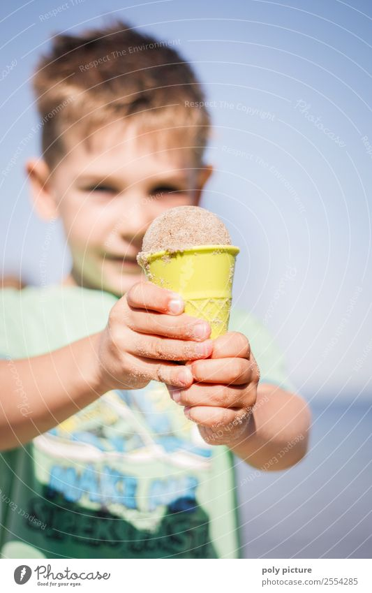 Kleiner Junge hat ein Eis aus Sand gemacht Lifestyle Wellness Leben Ferien & Urlaub & Reisen Tourismus Ausflug Abenteuer Sommer Sommerurlaub Sonnenbad Strand