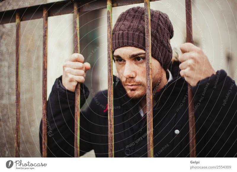 Attraktiver Typ Lifestyle Stil Freiheit Mensch Mann Erwachsene Arme Hand Hut Metall Traurigkeit dunkel schwarz weiß Geborgenheit schuldig gefährlich unschuldig