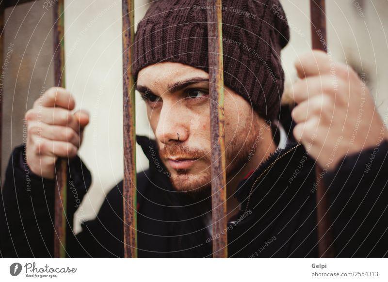 Mensch Mann weiß Hand dunkel schwarz Lifestyle Erwachsene Traurigkeit Stil Freiheit Metall Arme gefährlich Hut Model