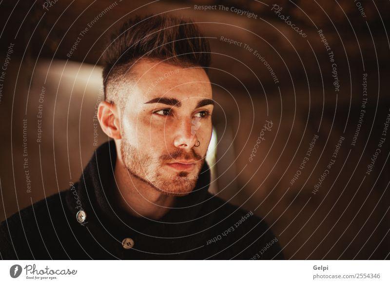 Porträt eines attraktiven Mannes Lifestyle Stil Meditation Haus Mensch Junge Erwachsene Mode Vollbart Holz alt Denken Coolness Erotik trendy modern stark