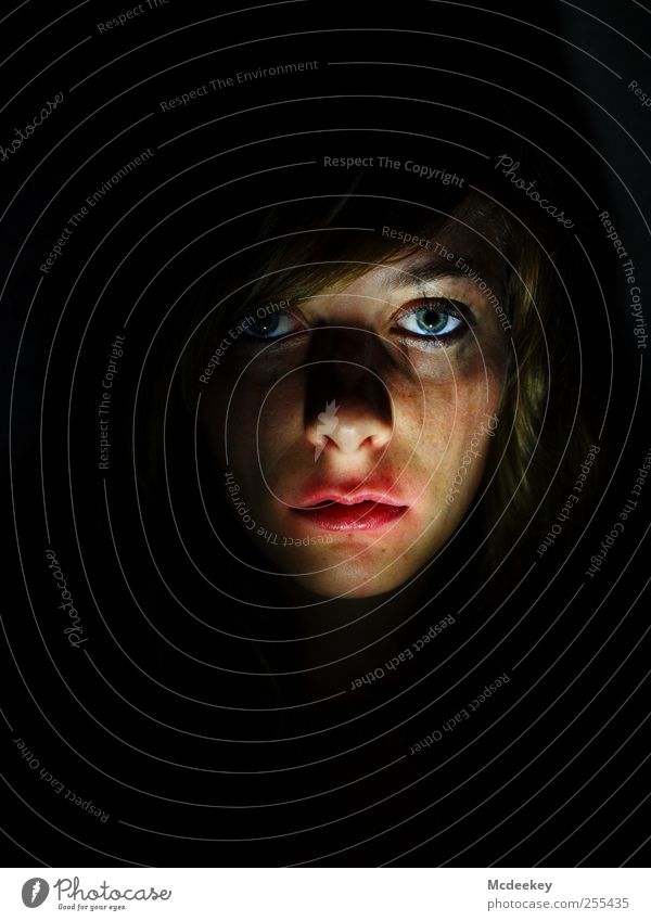"""""""Für dich solls bunte Bilder regnen"""" Mensch Jugendliche blau weiß rot Erwachsene Gesicht schwarz Auge gelb feminin dunkel Kopf Haare & Frisuren Traurigkeit"""