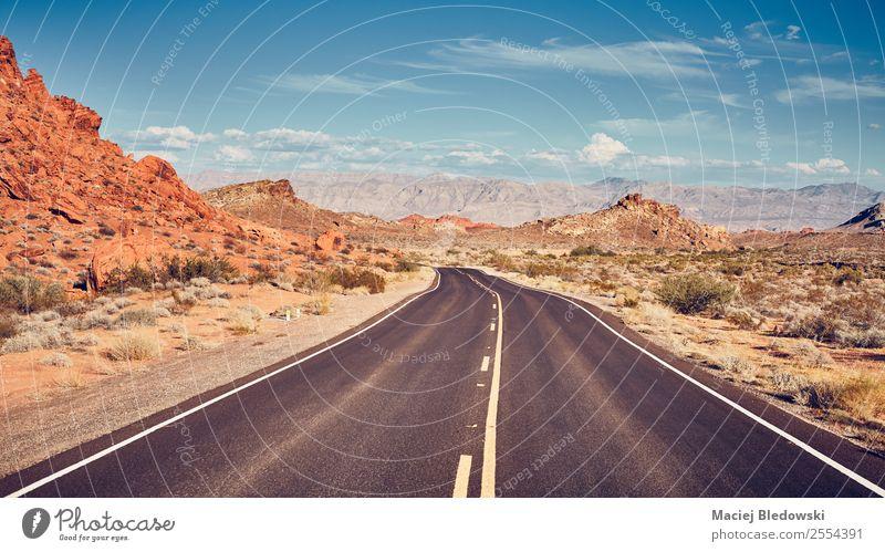 Retrostilisiertes Bild einer Wüstenstraße. Ferien & Urlaub & Reisen Tourismus Ausflug Abenteuer Ferne Freiheit Expedition Camping Fahrradtour Sommer