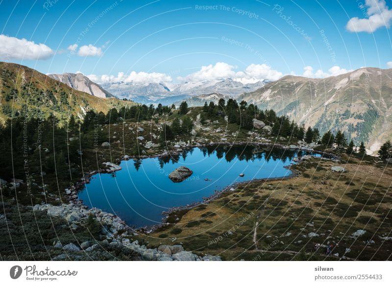 Blauer Bergsee mit Spiegelung und Alpenpanorama Natur Landschaft Luft Wasser Himmel Sommer Felsen Berge u. Gebirge Gipfel Schneebedeckte Gipfel See authentisch