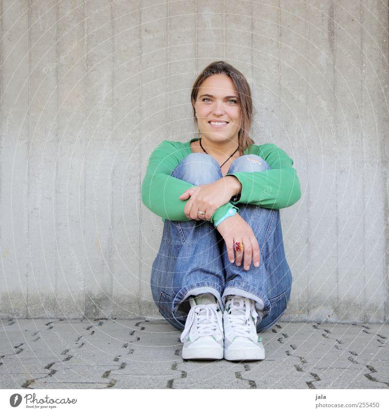 für dich soll´s bunte bilder regnen! Mensch feminin Frau Erwachsene 1 30-45 Jahre Mauer Wand Lächeln sitzen Freude Glück Fröhlichkeit Zufriedenheit Farbfoto