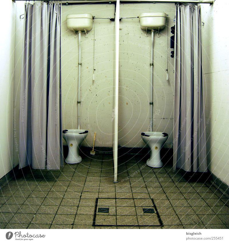 Doppelklo Bunker Bad Toilette Toilettenspülung Vorhang Fliesen u. Kacheln Eisenrohr sitzen dreckig trashig trist grau grün weiß Farbfoto Gedeckte Farben