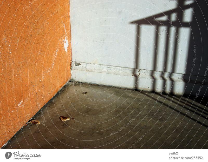 Freude im Advent Farbe Haus Wand Mauer Gebäude orange verrückt kaputt Bodenbelag trist Ecke Vergänglichkeit gruselig Teilung Verfall Treppengeländer