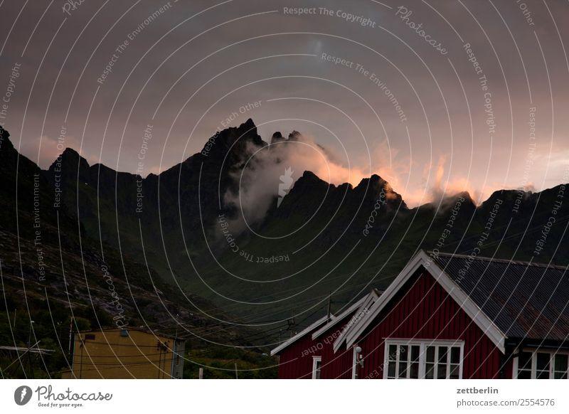 Gjerdtindan bei Å Himmel Natur Ferien & Urlaub & Reisen Himmel (Jenseits) Landschaft rot Haus Wolken Reisefotografie Berge u. Gebirge dunkel Textfreiraum Felsen