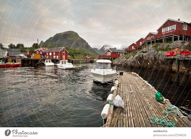 Boote in Å Himmel Ferien & Urlaub & Reisen Himmel (Jenseits) Wasser rot Meer ruhig Reisefotografie Textfreiraum Wasserfahrzeug Felsen Europa Hafen Hütte