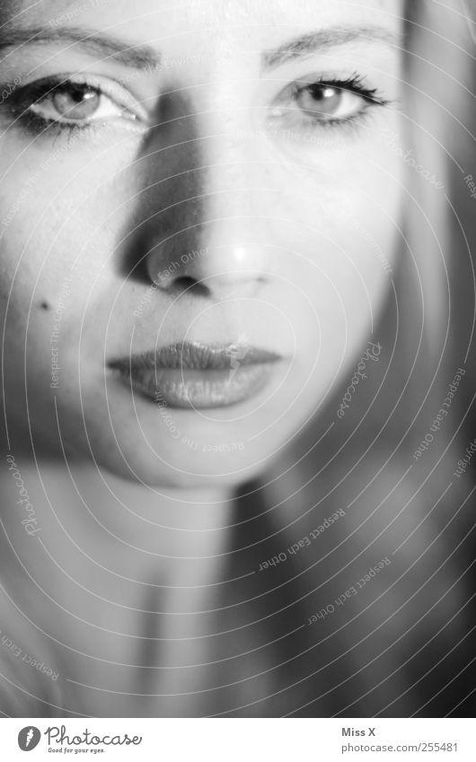 Tiefe Mensch feminin Junge Frau Jugendliche Erwachsene Gesicht Mund 1 schön Blick Schwarzweißfoto Nahaufnahme Schwache Tiefenschärfe Porträt Blick in die Kamera
