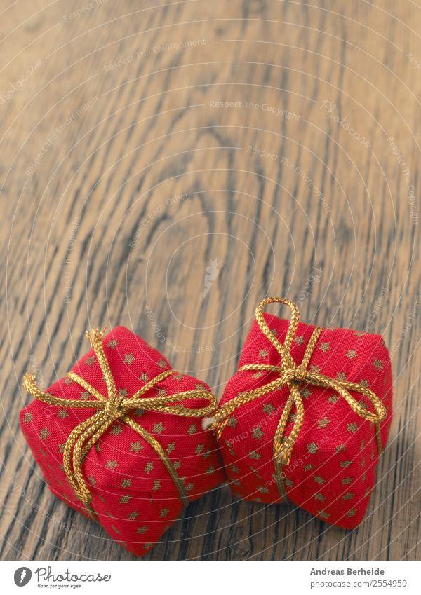 Weihnachtsgeschenke auf Holztisch mit Textraum Weihnachten & Advent Freude Winter Hintergrundbild Stil Symbole & Metaphern Tradition altehrwürdig Verpackung