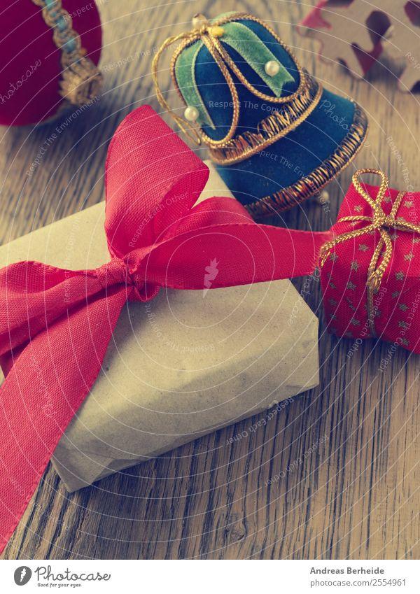 Weihnachtsgeschenk mit roter Schleife Lifestyle kaufen Stil Winter Dekoration & Verzierung Feste & Feiern Weihnachten & Advent Verpackung Paket Ornament