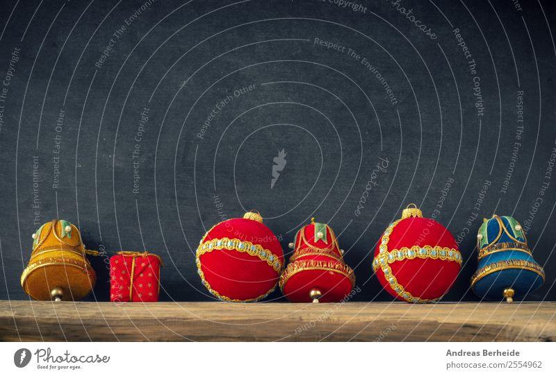 Alte Weihnachtskugeln vor einer Tafel Design Winter Dekoration & Verzierung Weihnachten & Advent Ornament alt Vorfreude Liebe Frieden Tradition Hintergrundbild