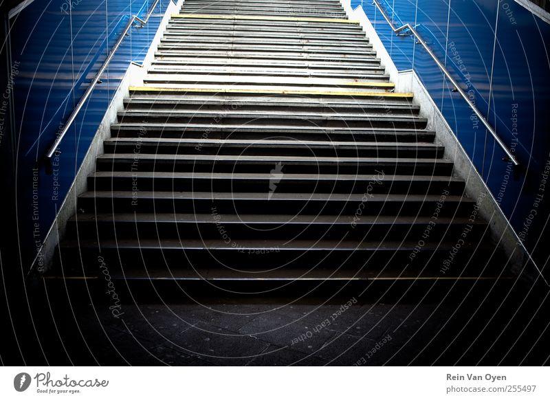 Treppe Bahnhof blau grau Gefühle Stimmung Rolltreppe Wiederholung Muster abstrakt Perspektive Geländer U-Bahn Farbfoto Innenaufnahme Menschenleer
