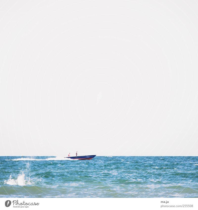 Für dich solln bunte Boote fahrn Reichtum Meer Wassersport Mensch 2 Sommer Schönes Wetter Wellen Bootsfahrt Sportboot Motorboot blau grau rot weiß Farbfoto