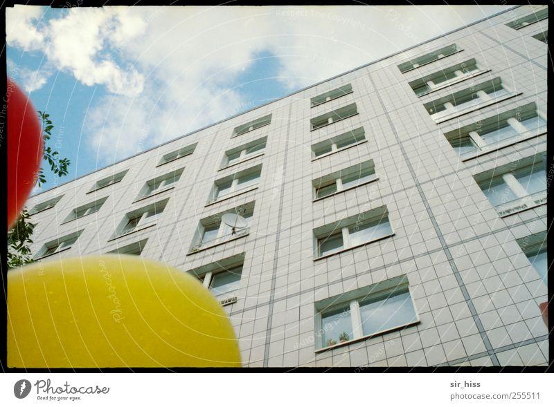 Für Dich solln bunte Ballons steigen Freude Wolken Hochhaus Fenster Luftballon modern retro Sauberkeit grau Langeweile Lebensfreude Plattenbau Satellitenantenne