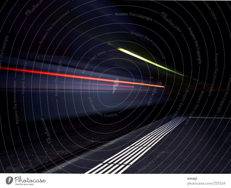 nachts dunkel Verkehr Geschwindigkeit Güterverkehr & Logistik Gleise Dynamik Bahnhof Personenverkehr Eile Bahnsteig Verkehrsmittel S-Bahn Bahnfahren Sog