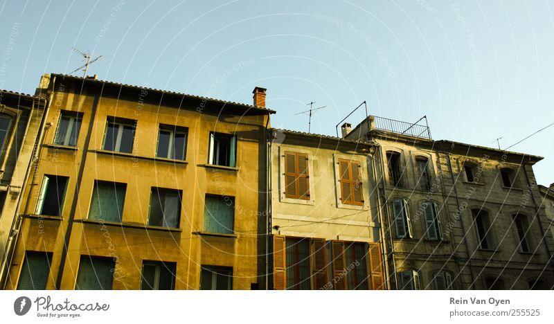 Himmel grün Stadt Haus gelb Fenster Wand Umwelt Architektur Gebäude Mauer Tür Horizont Dach Hafen Italien