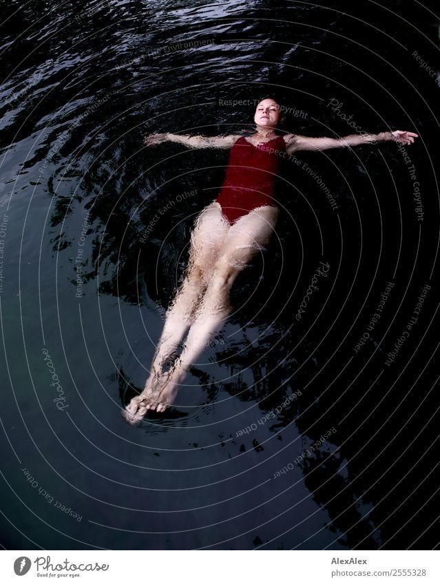 Junge Frau im Badeanzug die im Wasser liegt Lifestyle Freude schön Leben Wohlgefühl Sommer Sommerurlaub See Schwimmbad Jugendliche 18-30 Jahre Erwachsene Natur