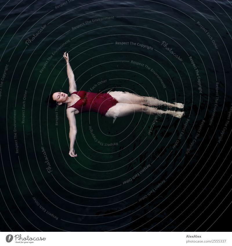 Junge Frau im dunklen Wasser Jugendliche Sommer schön Landschaft Erholung Freude dunkel 18-30 Jahre Erwachsene Beine feminin Stil See Schwimmen & Baden