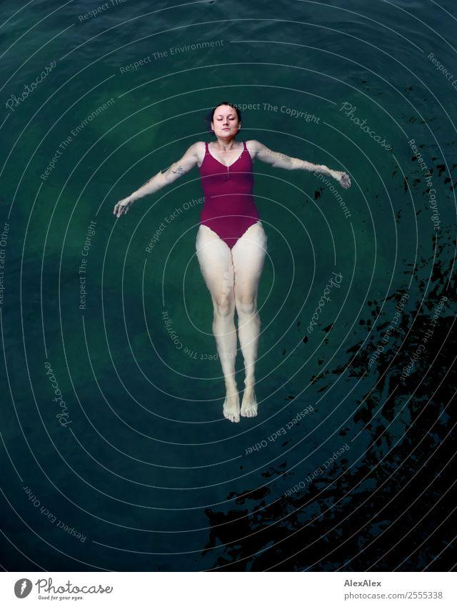 Junge Frau im Wasser Jugendliche Sommer schön Landschaft Freude 18-30 Jahre Erwachsene Beine Glück See Schwimmen & Baden träumen ästhetisch Idylle