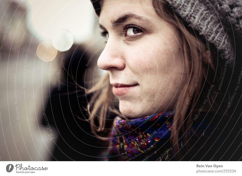 Lächelndes Porträt Mensch feminin Junge Frau Jugendliche Erwachsene Gesicht 1 18-30 Jahre Künstler Jugendkultur Mode Schal Hut Mütze langhaarig braun violett