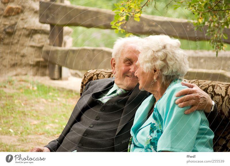 Für Euch soll's noch viele gemeinsame Jahre geben! Mensch Frau Mann Liebe Leben Gefühle Senior Glück Paar Zusammensein Zufriedenheit sitzen maskulin Fröhlichkeit festhalten Lächeln