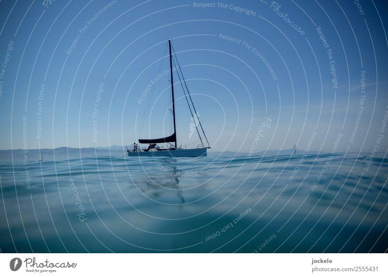Windstille Himmel Natur Sommer Wasser Freude Sport Zufriedenheit authentisch Hafen fahren gut Schifffahrt Segeln Segelboot Kreuzfahrt