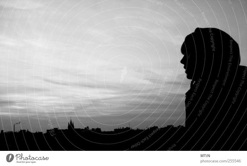 Mensch Himmel Jugendliche Erholung Einsamkeit Junge Frau Wolken feminin Denken Stimmung Park Dach Macht Stadtzentrum Hauptstadt Tatkraft