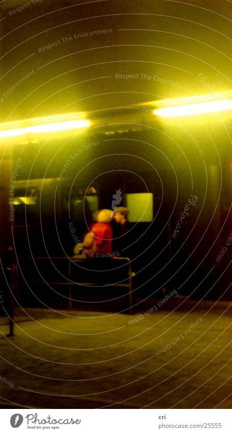 Paar am Zug Traurigkeit Verkehr Eisenbahn Trauer Romantik Paris Bahnhof Abschied Bahnsteig Passagier