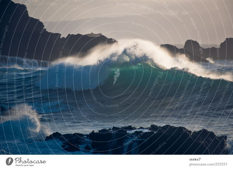 Wellennachschlag Wasser Himmel Wind Felsen Küste Meer blau grün Brandung Gischt schäumen brechen Klippe Farbfoto Außenaufnahme Menschenleer Textfreiraum oben
