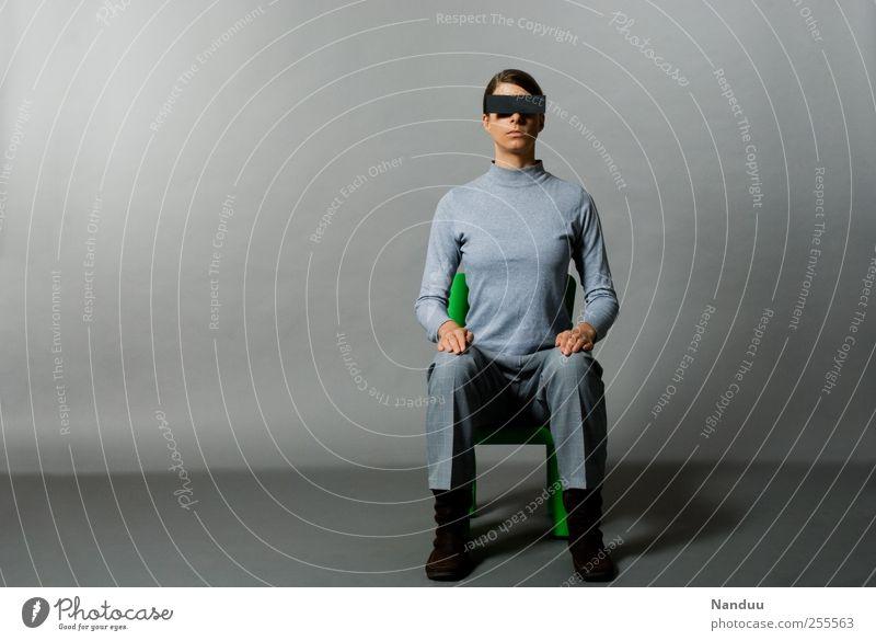 die grauen Männerinnen kommen Mensch 1 30-45 Jahre Erwachsene dünn anonym unkenntlich Balken bewegungslos sitzen ernst seltsam beklemmend gerade Zwang Farbfoto