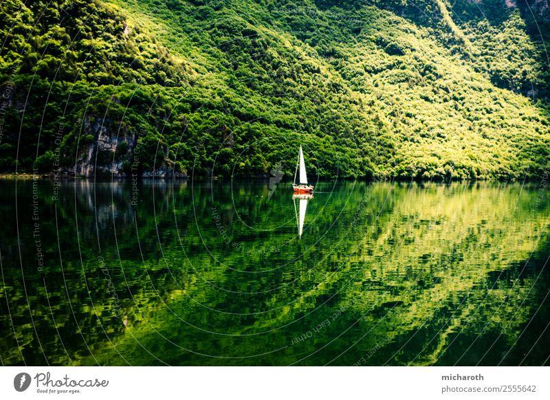 Segelboot Reflektion Freizeit & Hobby Ferien & Urlaub & Reisen Tourismus Ausflug Abenteuer Freiheit Sommer Sommerurlaub Sonne Berge u. Gebirge Segeln Umwelt