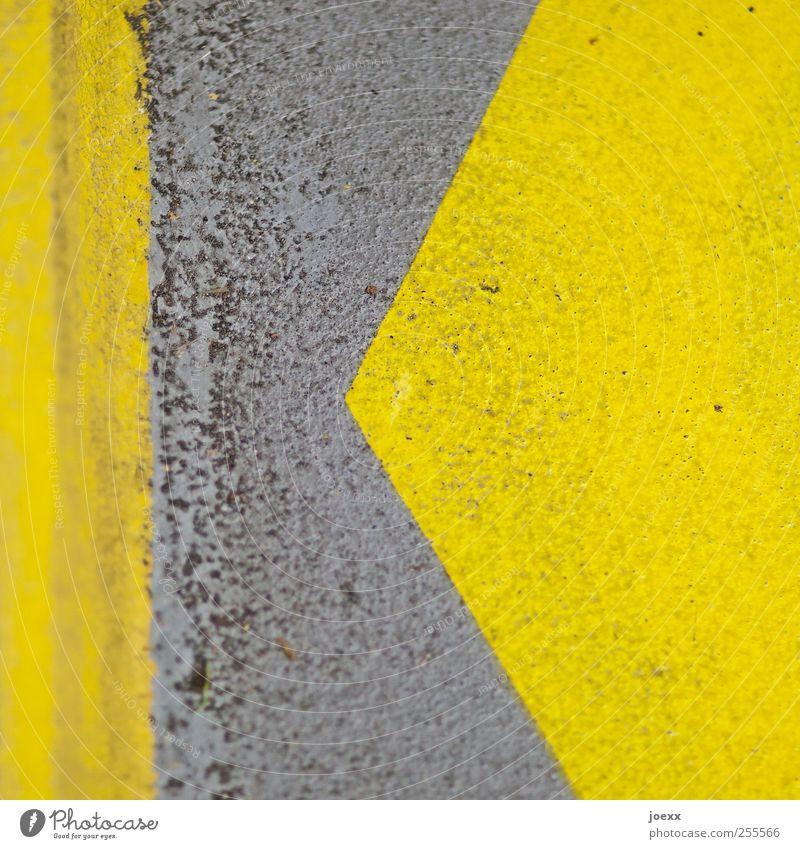 | < Beton Zeichen Schilder & Markierungen Linie Streifen gelb grau Ordnung links Pfeil Muster Farbstoff K Farbfoto Detailaufnahme abstrakt Menschenleer