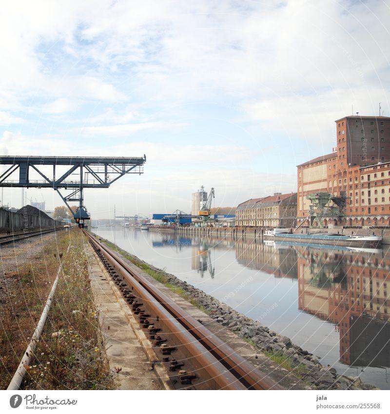 rheinhafen Himmel Fluss Rhein Industrieanlage Fabrik Bauwerk Gebäude Architektur Binnenschifffahrt Hafen Hafenkran Gleise trist Stadt Farbfoto Außenaufnahme