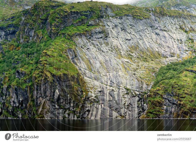 Treildalsvatnet Berge u. Gebirge Gebirgssee Polarmeer Europa Felsen Gesteinsformationen Ferien & Urlaub & Reisen Fjord Berghang steil Steilwand steinig