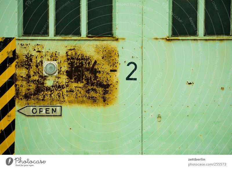 OPEN 4 - 2 Einsamkeit Haus Traurigkeit Herbst Autofenster Gebäude Tür Streifen Sehnsucht Bauwerk Fabrik Pfeil Fernweh Rost Richtung Müdigkeit
