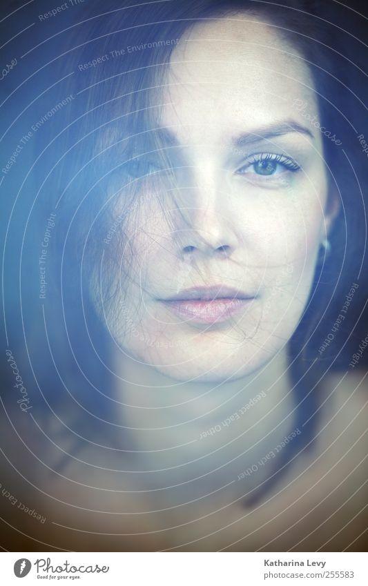die Zuhörerin Mensch Frau Jugendliche blau schön Gesicht Erwachsene Erholung feminin Haare & Frisuren Haut ästhetisch 18-30 Jahre einzigartig weich rein