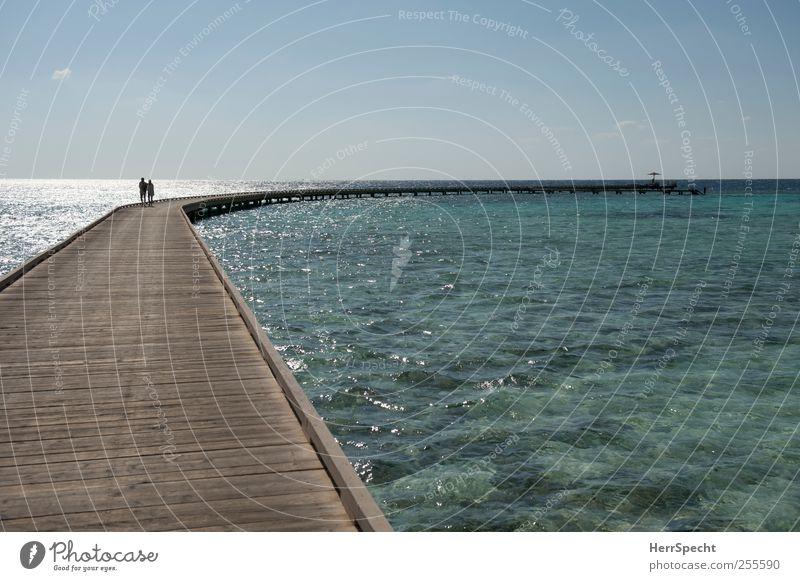 Der Steg ist der Weg ist das Ziel Mensch blau Ferien & Urlaub & Reisen grün Sonne Meer Strand Erwachsene Erholung Ferne Holz Küste Paar Horizont braun